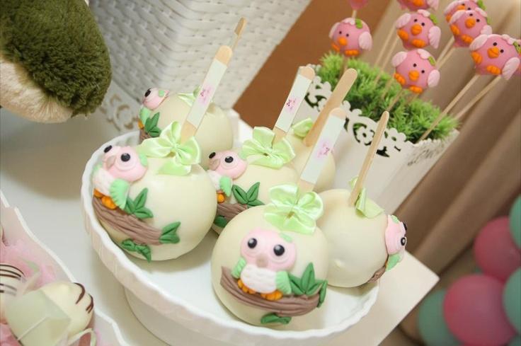 cake pops e maçãs do amor decoradas com corujas
