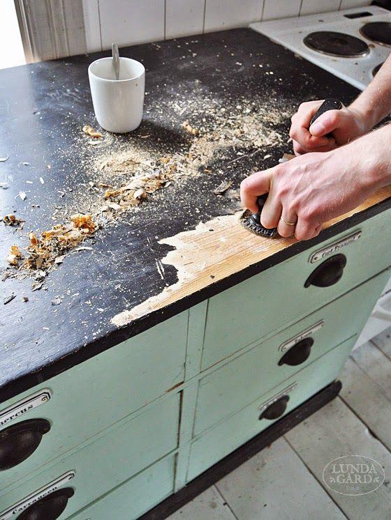 För ett år sedan började jag måla de gamla köksluckorna som vi skall bygga vår köksinredning av . En dag när bänkskivan i köket var smuts...