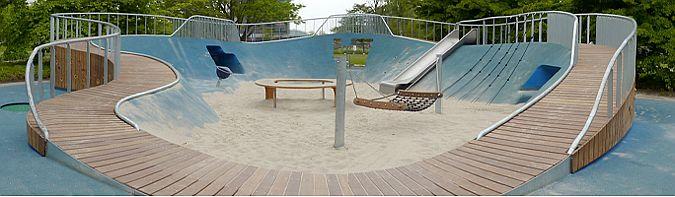La forma de cráter permite construir un recinto abierto, delimitado por las paredes que sostienen el trazado de la rampa, camino y mirador, al que puede accederse trepando, escalando, a pie, en silla de ruedas, con patines o bicicleta