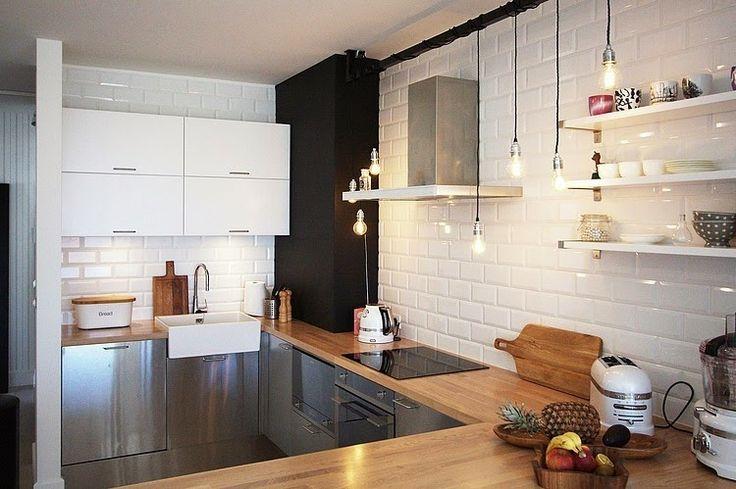 Интерьер квартиры площадью 130 кв.метров в Варшаве разработан проектной студией Soma Architekci для семьи из четырех человек, которые явно без ума от скандинавского стиля.