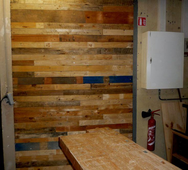 Cloison en bois de palettes dans l 39 atelier de l - Cloison en palette ...