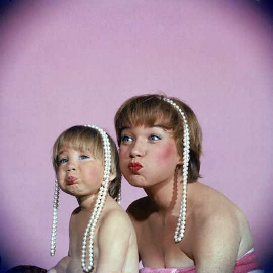 Shirley MacLaine and her daughter Sachi Parker in 1959