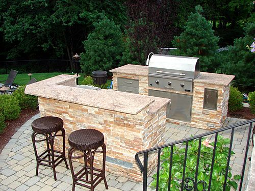 Best 25 small outdoor kitchens ideas on pinterest patio for Small backyard outdoor kitchen
