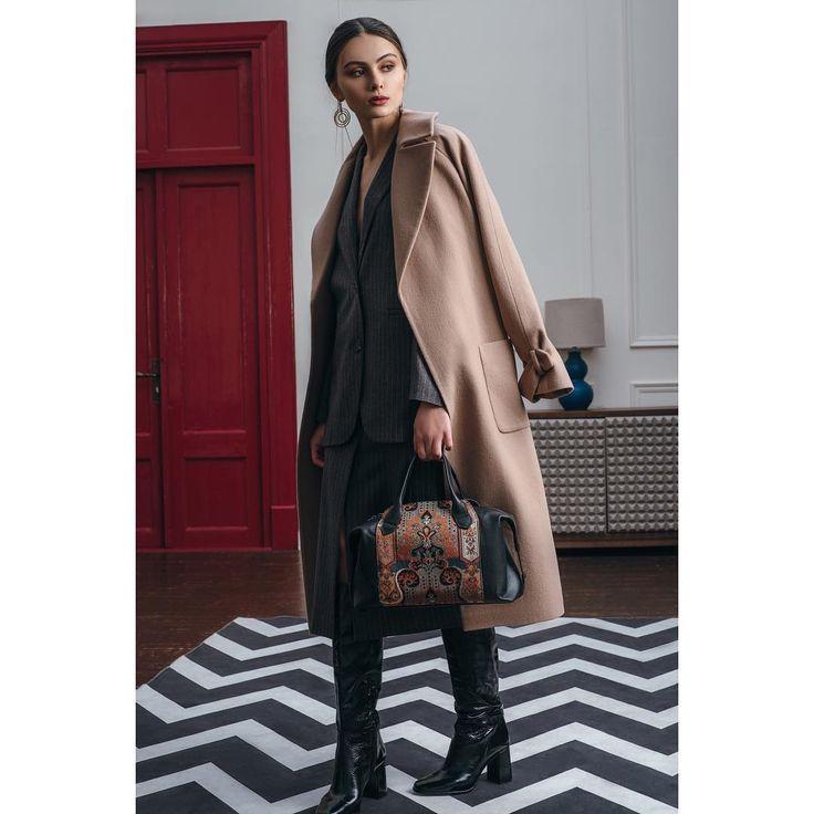 Total look Jana Segetti.  На фото: пальто халат из шерсти цвета кэмел и серый костюм в полоску #janasegetti #fashion #style #design