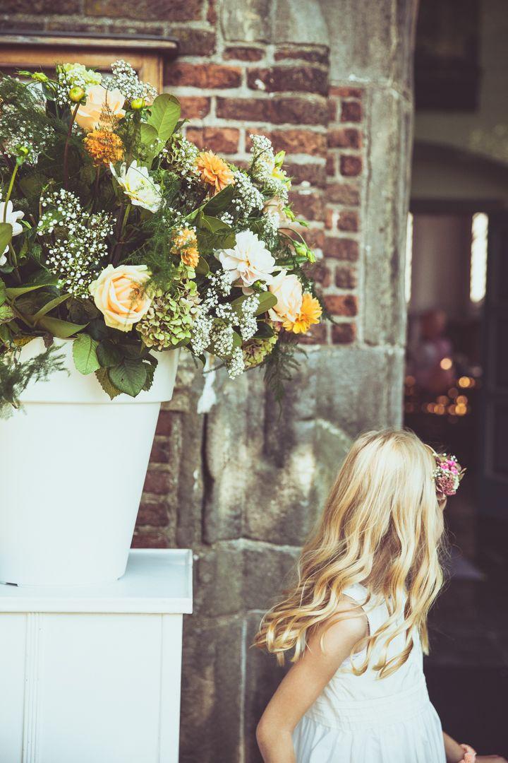 Wedding flower arrangement with yellow roses outside the church / Bloemstukken op je bruiloft met gele rozen buiten de kerk. Made by me/ Gemaakt door mij: www.fotozee.nl Ik ben graag jullie trouwfotograaf! photography trouwfoto's trouwfotografie bruidsfotografie