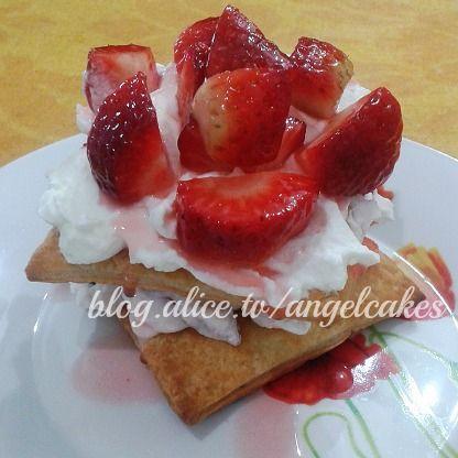 Quadrati di pasta sfoglia con fragole e panna  #alicetv #pastasfoglia #fragole #dessertfrutta #minicake #ricette #ricettedolci #dolci