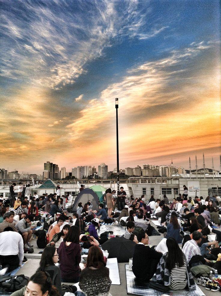 Han Nehri'nde gösteriyi beklemeler,,,