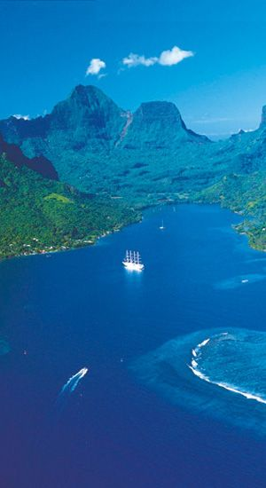Moorea's spectacular Opunohu Bay, Tahiti, South Pacific