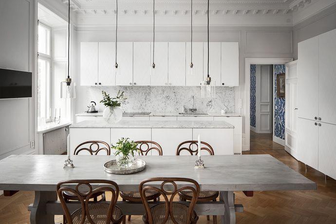 Magnifik hörnvåning smakfullt renoverad med hög standard och utsikt över grönskande trädkronor. Takhöjd om ca 3,40 m, balkong, öppen spis, 3 badrum, 4 sovrum, 2 entréer. Bevarade detaljer anno 1886 såsom vackra stuckaturer, takrosetter, skjutdörrar och höga golvsocklar. Skuldfri och mycket välskött förening. Ett hem utöver det vanliga som måste upplevas på plats.
