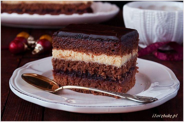 Piernik świąteczny z tego przepisu możesz wykonać tuż przed świętami i będzie idealny. Piernik jest od razu mięciutki i wilgotny. Przełożony jest marmoladą i masą mleczną na bazie mleka w proszku.
