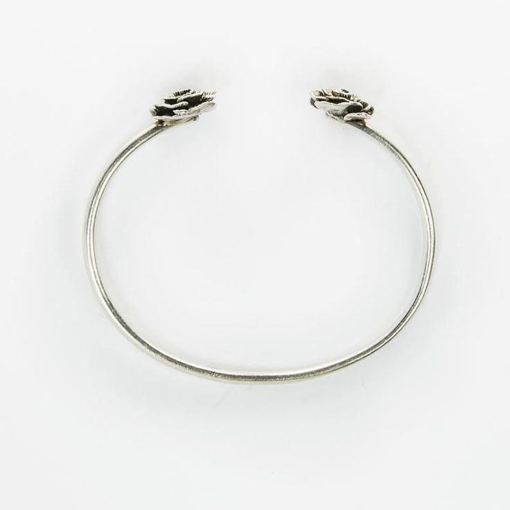 Bracciale rigido in argento con roselline alle estremità