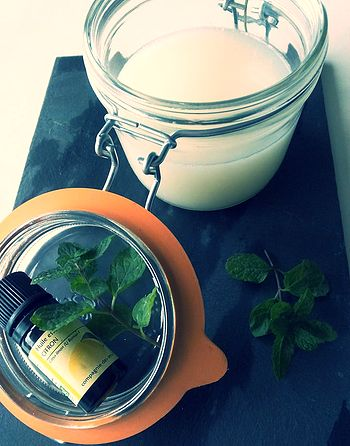 Un rhum, le nez bouché, toux, bronchite ? L'hiver est bien là ! Découvrez comment faire votre propre baume décongestionnant aux huiles essentielles.