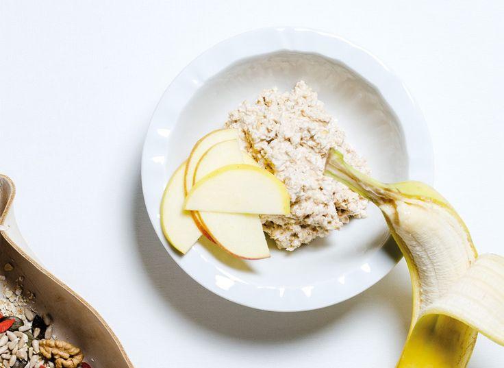 Owsianka na surowo robi się sama - wystarczy wymieszać składniki i wstawić do lodówki, a śniadanie będzie gotowe zanim się obudzicie.
