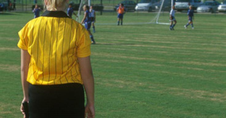 Reglas del fútbol FIFA para el balón tocado por la mano. FIFA, conocido formalmente como la Federación Internacional de Fútbol Asociado, es el órgano rector del fútbol mundial y, como tal, es responsable de la emisión de las reglas del juego. El trabajo del árbitro durante el partido es la de interpretar las normas y aplicarlas en el contexto del mismo. La regla de tocar el balón con la mano está en su ...