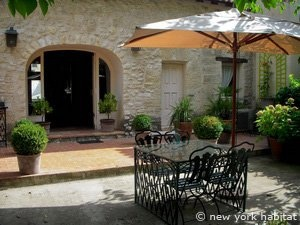 Enjoy your stay in this beautiful 3 bedroom villa in the Avignon area of Provence! You will be surrounded by an intimate garden when you step outside, its medieval style adds to this unique villa and there are also en-suite bathrooms for your convenience! Terrace and free parking space also available :-): Medieval Style, Terrace, Intimate Garden, En Suite Bathrooms, Provence Apartments, Style Adds, Parking Space