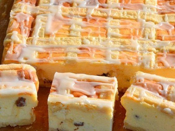 Pot să vă placă diverse prăjituri cu brânză însă această prăjitură cu brânză în stil polonez este un desert deosebit de delicos. Umplutura iese foarte pufoasă și ușoară. Gingașul blat sfărâmicios completează perfect gustul prăjiturii! Ingrediente: 1 kg brânză dulce; 1 ou; 8 albușuri; 8 gălbenușuri; 225 g unt; 375 g zahăr pudră; 2 g vanilină; 3 linguri amidon; 100 g stafide; 250 g făină de grâu; 2 g sare. Mod de preparare: Amestecați 125 g de unt moale cu 125 g zahăr pudră. Adăugați 1 ou…