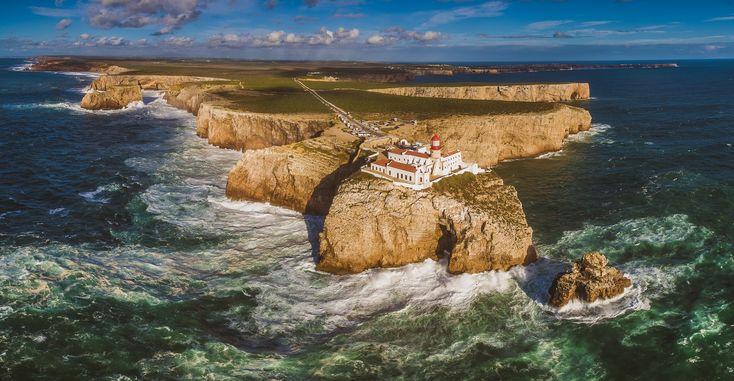 Genießt am südwestlichsten Punkt Europas den Ausblick auf Amerika: Auf den Klippen am Cabo de São Vicente in Portugal ist Fernweh garantiert!