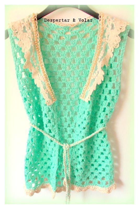 chaleco tejido al crochet, con cuello de broderie y bordados en perlas