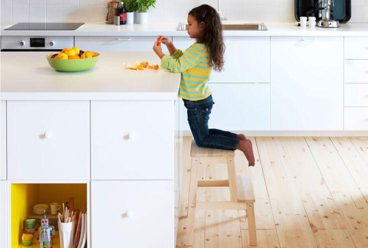 تقتضي العائلات التي لديها أطفال ما يفوق نصف وقت الفراغ في المطبخ؛ في أعمال الطهي وتناول الطعام واللعب والعمل. لذا، فمن المهم ان يشعر الجميع، الكبار والصغار، بالراحة والانسجام. يساعد شيء ببساطة السلم المتدرّج على تمكين طفلتك الصغيرة من المشاركة في فريق تحضير طعام الغداء. أو يتيح لها تناول وجبة خفيفة بنفسها
