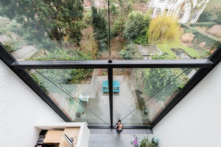 Foto's gemaakt door Thomas Nagels, te bekijken op de website. Renovatie van een burgerwoning te Antwerpen met een bijzonder groot achterraam.