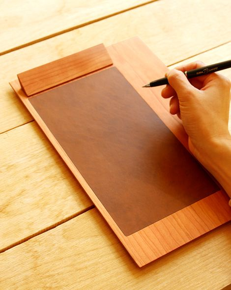 木と革がやさしい書き心地を生む木製クリップボード