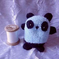 Amigurumi panda kawaïï bleu ciel et noir au crochet