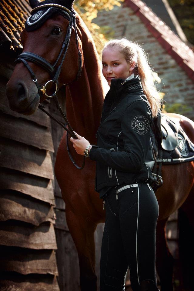 Paraden waren immer ein Ereignis, nicht nur für Pferde und Reiter, sondern auch für die Pfleger. Dann durften sie ihre schwarzen Uniformen entstauben und sich das Gefühl anziehen wichtig zu sein.