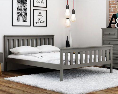 Szare łóżko drewniane idealnie pasuje do sypialni w jasnych barwach.  #Łóżko #Sypialnia #łóżkodrewniane