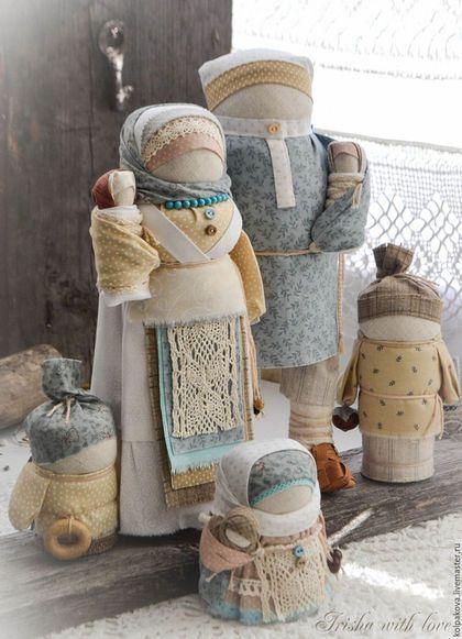 Купить или заказать кукла-оберег Семья 'Белый день'. в интернет-магазине на Ярмарке Мастеров. Люди и не задумываются над тем, откуда берётся падающий на них снег... А ведь где-то высоко-высоко сидят ангелы и отрывают кусочки от пушистых облаков... возьмут холодный комочек, дунут в ладошки,и снег,кружась,полетит вниз сверкающими снежинками.И будет всё вокруг белым-бело. Авторская работа на основе традиционной Архангельской парочки-народного образа мужчины,женщины и деток.
