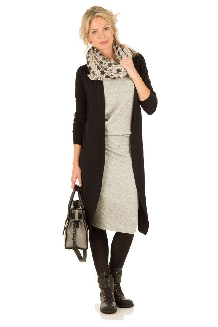 Grijze jurk zwart vest boots en sjaal
