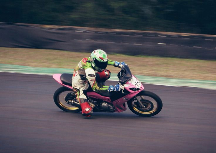 Gerry Motor in action at Sentul International Circuit Indonesia... #razo #yamaha #lc135 #pinkyamaha