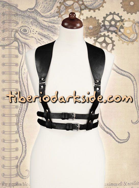 BLACK STEAMPUNK HARNESS  Arnés steampunk negro con tirantes anchos y dos cinturones bajo el pecho. Argollas, tachuelas y hebillas color plateado. Tiene varias posiciones de cierre para regular el ancho y la espalda. Material: piel sintética efecto envejecido. Se puede llevar encima de corsés, blusas, camisas, tops o vestidos.  COLOR: NEGRO TALLA: ÚNICA  CONTORNO: 73 a 88 cm