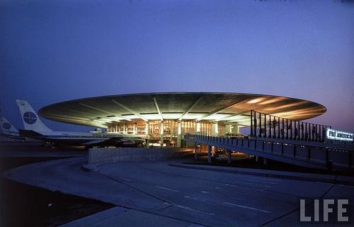 Terminal de Pan Am Worldport en el aeropuerto JFK Kannedy de Nueva York.  Construida en 1960 presentaba la novedad de un gran voladizo que permitía subir o bajar de los aviones sin preocuparse de las inclemencias del tiempo. Esta innovación ya existía en el aeropuerto de Berlin Tempelhof.