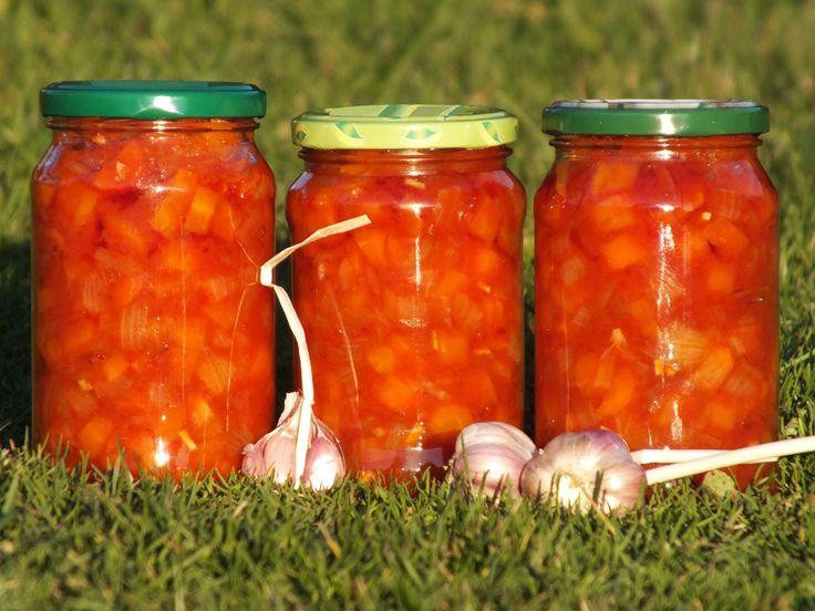 Przepis na sałatka z marchewki i cebuli na zimę. Marchewkę umyć, wrzucić do wrzącej wody i gotować 10 minut. Następnie ostudzić, obrać ze skórki i pokroić w kostkę. Cebulę obrać z łupin, pokroić w kostkę, posolić i odstawić, aby zmiękła.