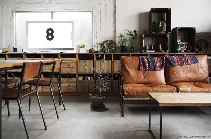El cuero es otro de los elementos típicos del estilo industrial. Acá lo vemos muy bien combinado con el hierro y la madera, dos infaltables junto con el piso de cemento alisado.
