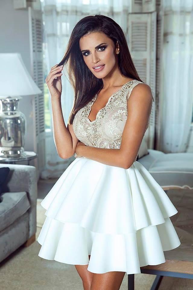 Piękna sukienka, koronkowa góra w kolorze beżu połączona z podwójną falbaną ecru.   Źródło: http://besima.pl