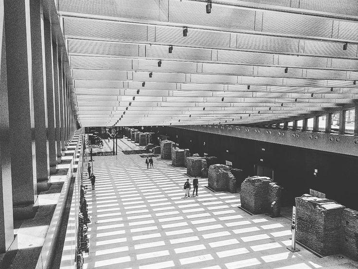 Museu Casa Rosada - Buenos Aires  . Dica! Reserve um tempo pra conhecer esse museu. O mais tecnológico e moderno de Buenos Aires ao mesmo tempo que mantém ruínas da construção original em exposição. Já até mudou de nome por capricho de presidente antes museu bicentenário hoje museu casa Rosada. Abre de quarta a domingo #BuenosBlogs #DescubraBuenosAires . . Acesse http://ift.tt/1Mv9A8t. . . . #centrodebuenosaires #aosviajantes #Argentina #BuenosAires #museucasarosada #BlogDeViagem #wanderlust…