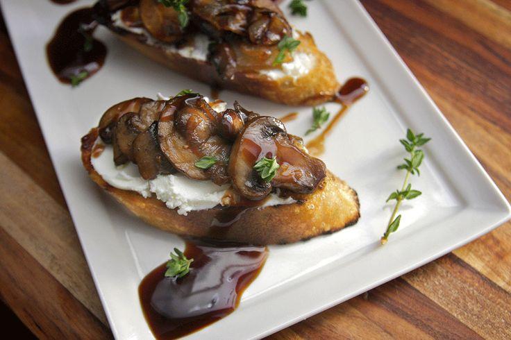 Aperitivo leve e saboroso: bruschetta light com só 50 kcal. Rápido e fácil de fazer, veja a receita http://luciliadiniz.com/bruschetta-de-cogumelos/
