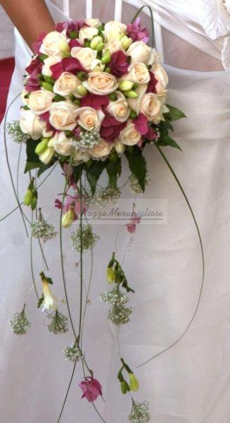 Bouquet pendente http://www.nozzemeravigliose.it/matrimonio/addobbi-floreali/caserta/la-riviera/289