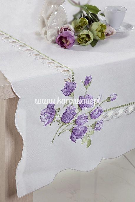 Obrus z motywem kwiatków fioletowych.Obrus Wielkanocny wykonany z tkaniny 100% poliester. Jest miękki i miły w dotyku. Ozdobi każdy mały stolik jak i udekoruje duży stół. Pasuje do każdego wnętrza.Obrusy pakowane są w przezroczystą torebkę foliową. Jest to doskonały pomysł na prezent dla najbliższych. Materiał: 100% poliesterRozmiar: 85x85Przepis prania:  maksymalna temperatura prania 40oC nie wybielać nie chlorować prasować w temperaturze do 150oC nie suszyć mechanicznie