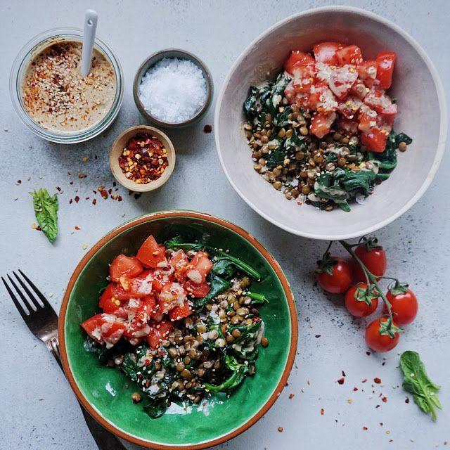 Varme linser med tahin, tomat