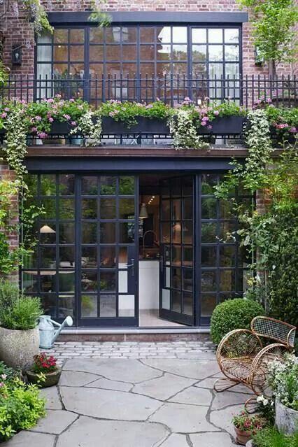 Casa linda com tijolos a vista, porta de vidro e esse jardim. Quero  uma assim!