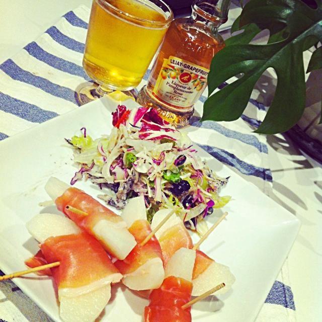 ルジェのピンクグレープフルーツをビールで割るとフルーティーで美味しい♪  おつまみは旬な梨に生ハムのせて。 - 72件のもぐもぐ - 梨の生ハム巻き&フレッシュサラダ by raycheal