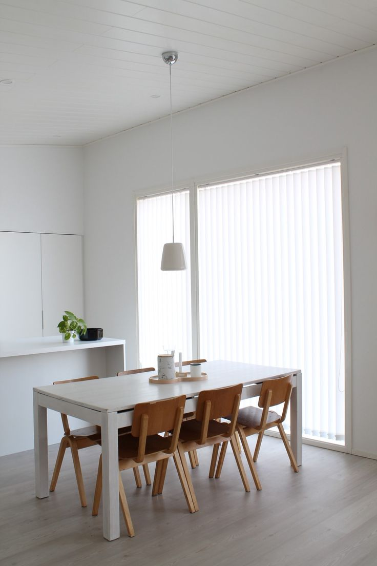Dining room with clean lines and colors. Selma chreamic pendant lamp over table.   #sessak #sessaklighting #vilho #design #juhopasila #interior #interiordesign #interiordesigner #scandinaviandesign #interiorinspiration #interiordecorating #whiteinterior #scandinavianinterior #sisustus #valaisin #sisustusinspiraatio #designvalaisin #Bedroom#homeinterior #designfromfinland #finnishdesign #suomalaistamuotoilua #luminaire