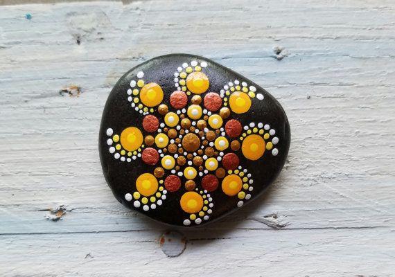 Hand Painted spiaggia di pietra dalle rive del lago Erie da Miranda Pitrone  Arte del puntino sulla spiaggia di pietra Dimensioni: circa 2 pollici di diametro  Colori: Bianco, giallo, marrone, oro, sole, rame Forma: sappiamo Mezzo: Acqua-basato acrilici Sigillato/Protectant: Sì. con protectant Indoor/Outdoor UV vernice - Gloss Tecnica: Arte puntinismo, Dotillism, dot   Mettere un po di colore nella tua vita o di qualcun altro!!!  Queste pietre sono perfette per decorare un spazio speciale…