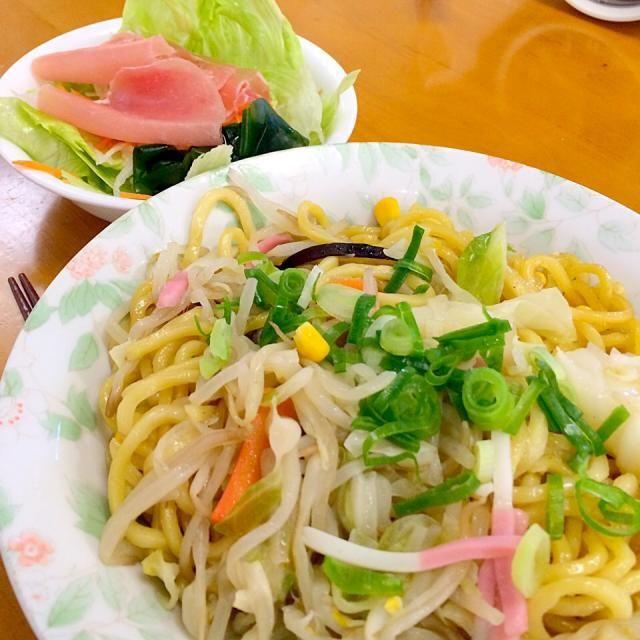 きょうはセブンでお昼 手抜きです(;^_^A - 10件のもぐもぐ - 長崎ちゃんぽん*サラダ by karintou2525