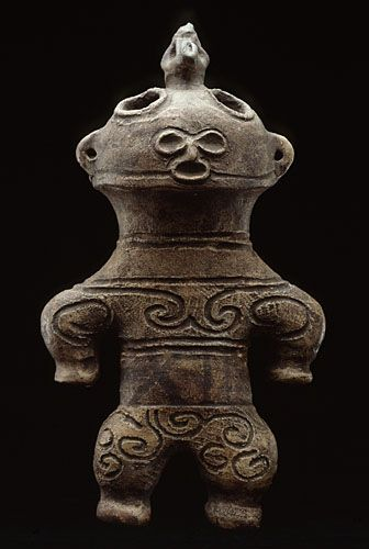 Dogu earthenware. Final Jomon culture period, 1000-300 BCE, Japan. They're fired at low temperature and are hollow. Their ritual use is still poorly defined.They are usually found in tombs nearby villages, sometimes deliberately broken and scattered, perhaps for prophylactic purposes.Their female forms also seem to relate to the cult of fertility, these statuettes were attached to a shamanic use and established a link between the supernatural world and the earthly world.Guiment Museum.