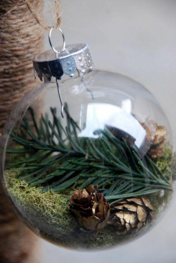 boule de Noël en verre avec decoration avec branche de noel vert