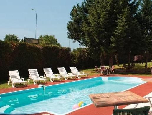 Nuits-Saint-Georges Hotel restaurant Inter-Hotel Le Saint Georges France, Europe Set in a prime location of Nuits-Saint-Georges, Hotel restaurant Inter-Hotel Le Saint Georges puts everything the city has to offer just outside your doorstep. The hotel offers a wide range of amenities and perks to ensure you have a great time. Service-minded staff will welcome and guide you at the Hotel restaurant Inter-Hotel Le Saint Georges. Comfortable guestrooms ensure a good night's sleep w...