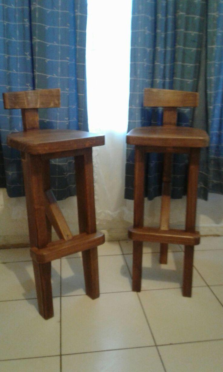 Pisos (taburetes) de madera para bar. Taller RAGA.